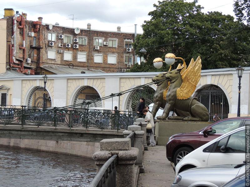 В Петербурге парадный блеск часто соседствует с обычными городскими видами