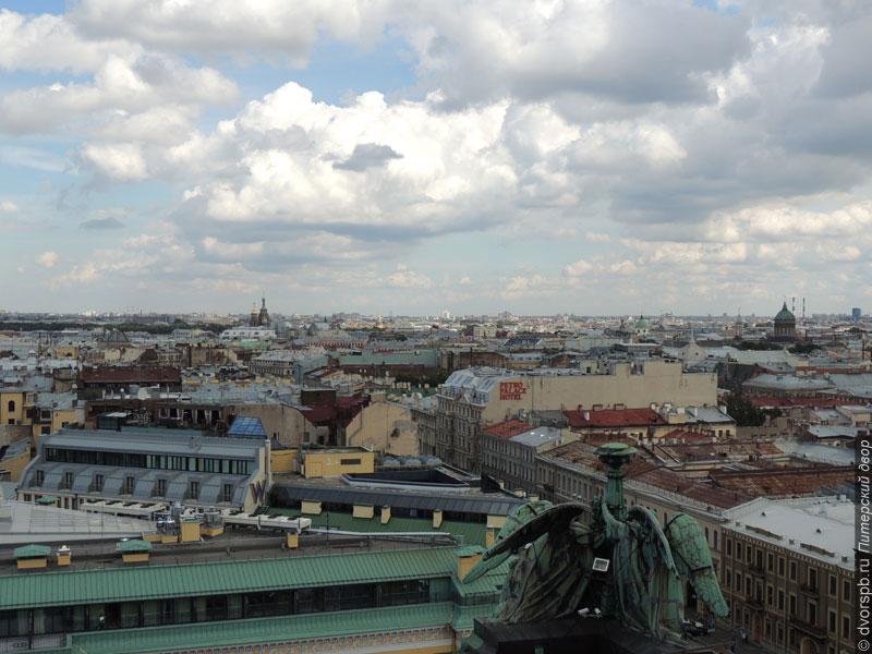 Плотная городская застройка в центре Санкт-Петербурга